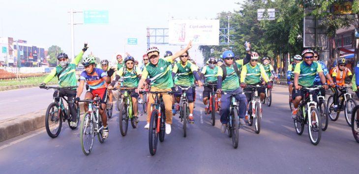 Aksi bersepeda santai Menaker Hanif Dhakiri bersama buruh/pekerja